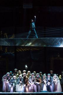 07_Das-Musical-Elisabeth_Kurosch-Abbasi(Luigi-Lucheni)_Ensemble_Foto_Alte-Oper-Frankfurt_Wonge-Bergmann