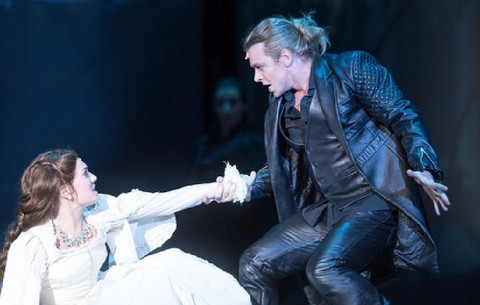 Musical-Elisabeth_Roberta-ValentiniElisabeth_MateKamarasTod_Foto_Alte-Oper-Frankfurt_Wonge-Bergmann2